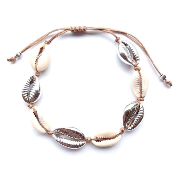 Armbandje/enkelbandje kauri schelpen zilver en macramé draad